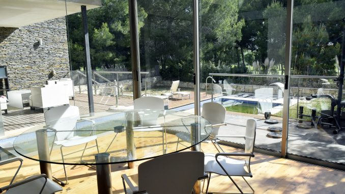 Parquets Tropicales - Interior sala - exterior piscina + solarium tarima maciza